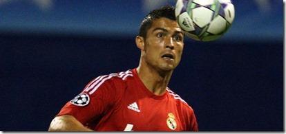 El-jugador-del-Real-Madrid-Cristiano-Ronaldo-controla-el-balón-durante-el-partido-del-grupo-D-de-la-Liga-de-Campeones-de-la-UEFA-ante-el-Dinamo-en-Zagreb-Croacia.-El-esquipo-español-ganó-1-0.-Foto-EFE-ANTONIO-BAT1