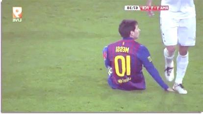 Pepe pisa a Messi