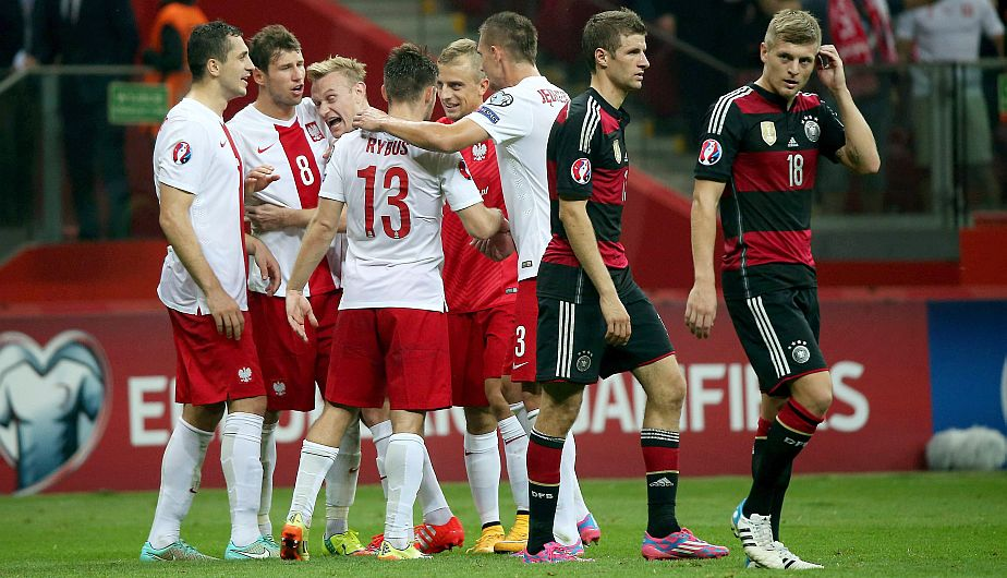 . Warsaw (Poland), 11/10/2014.- Polish players (L) celebrate after winning the UEFA EURO 2016 Group D qualifying match between Poland and Germany at the National Stadium in Warsaw, Poland, 11 October 2014. (Alemania) EFE/EPA/BARTLOMIEJ ZBOROWSKI POLAND OUT